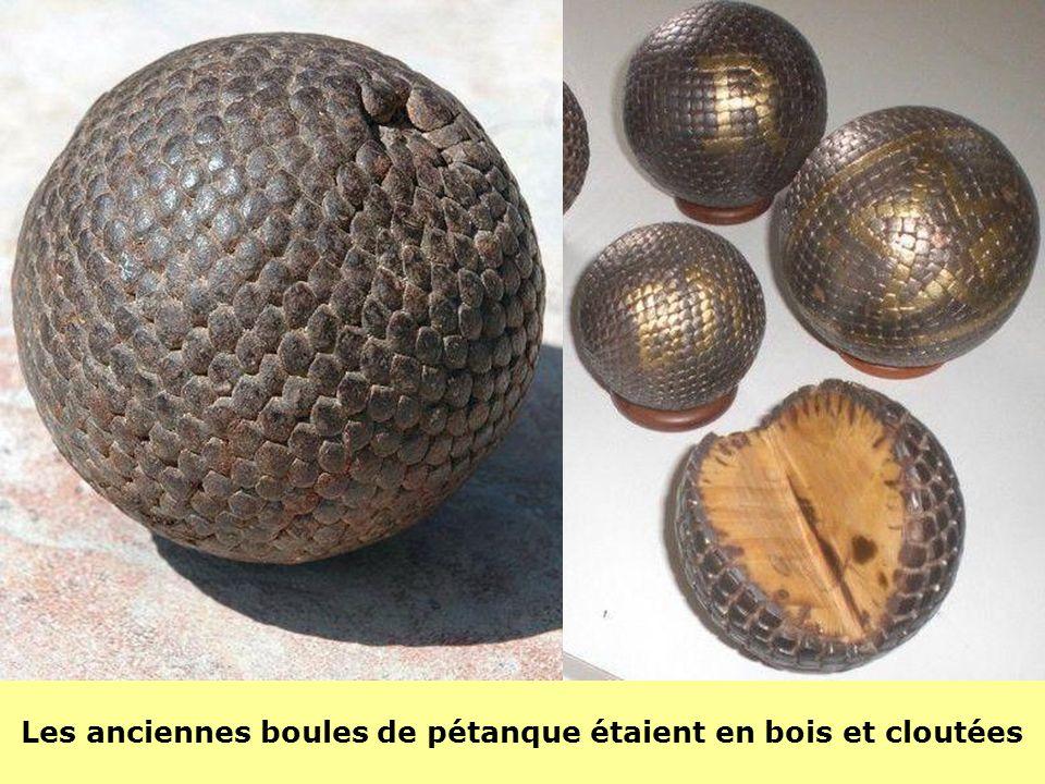 Les anciennes boules de pétanque étaient en bois et cloutées