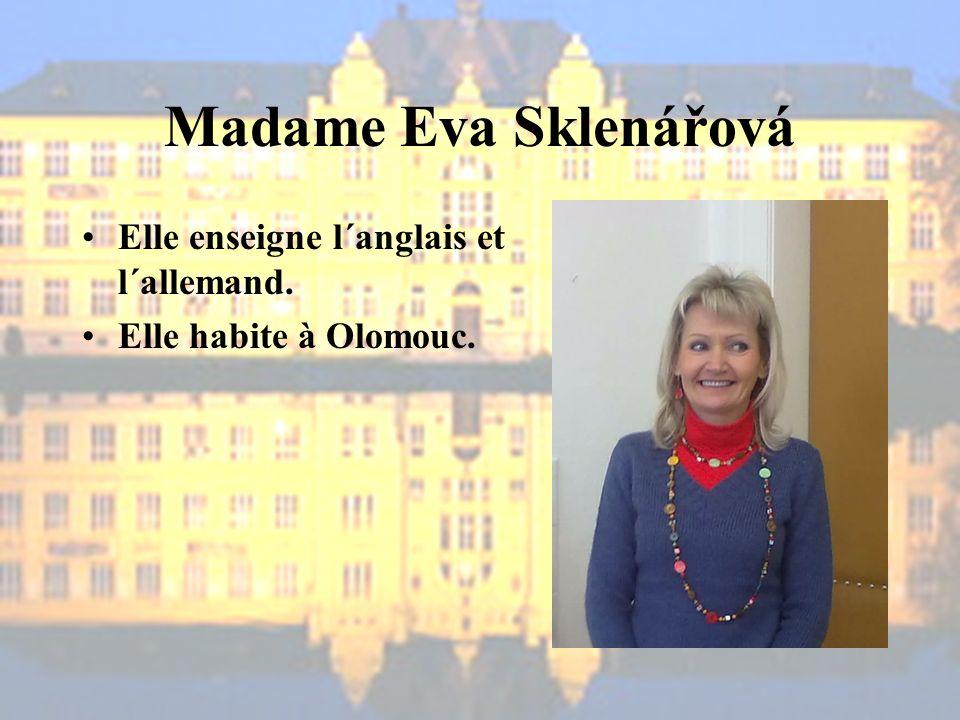 Madame Eva Sklenářová Elle enseigne l´anglais et l´allemand.