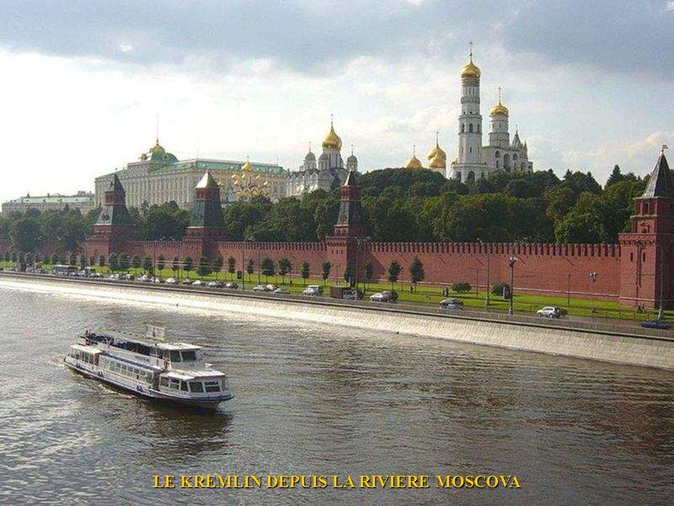 LE KREMLIN DEPUIS LA RIVIERE MOSCOVA