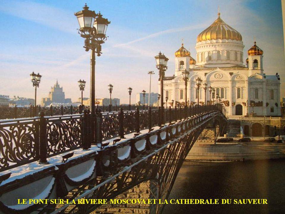 LE PONT SUR LA RIVIERE MOSCOVA ET LA CATHEDRALE DU SAUVEUR