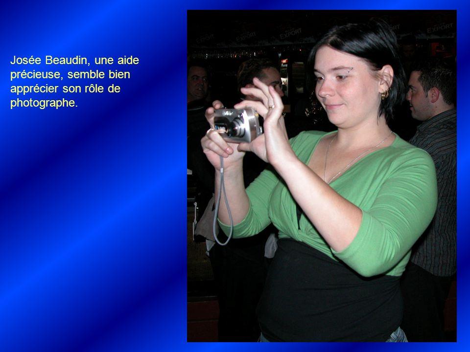 Josée Beaudin, une aide précieuse, semble bien apprécier son rôle de photographe.