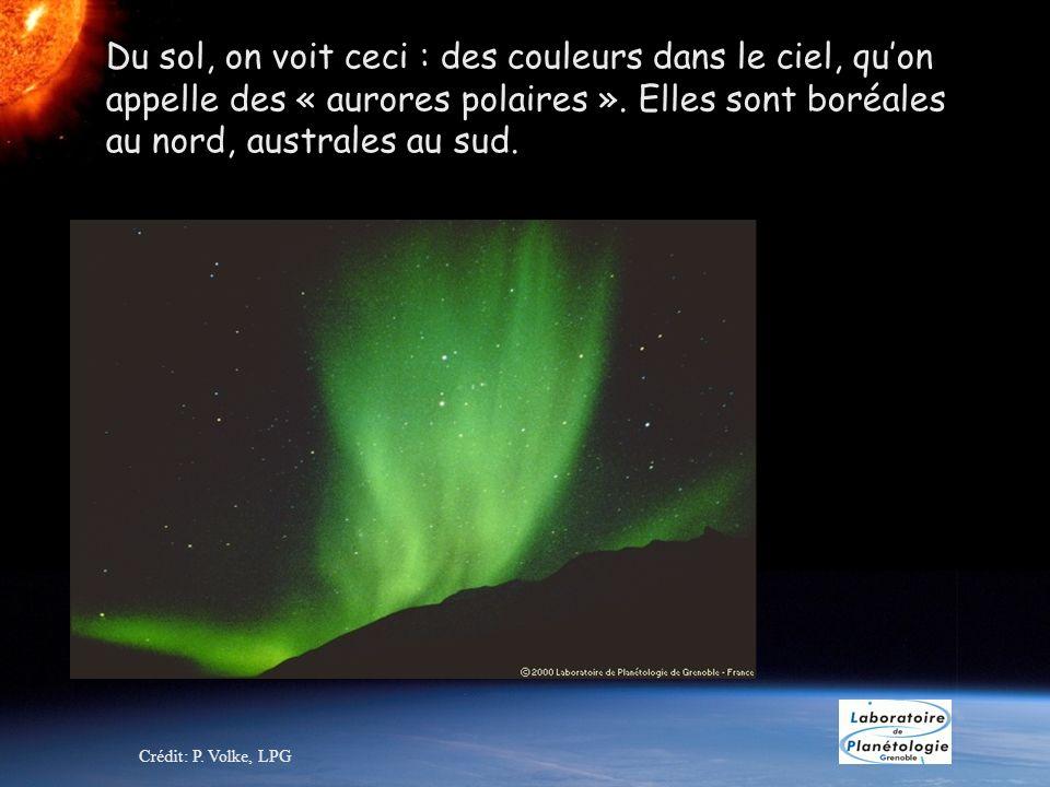Du sol, on voit ceci : des couleurs dans le ciel, qu'on appelle des « aurores polaires ». Elles sont boréales au nord, australes au sud.