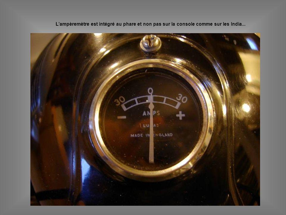 L'ampèremètre est intégré au phare et non pas sur la console comme sur les India...