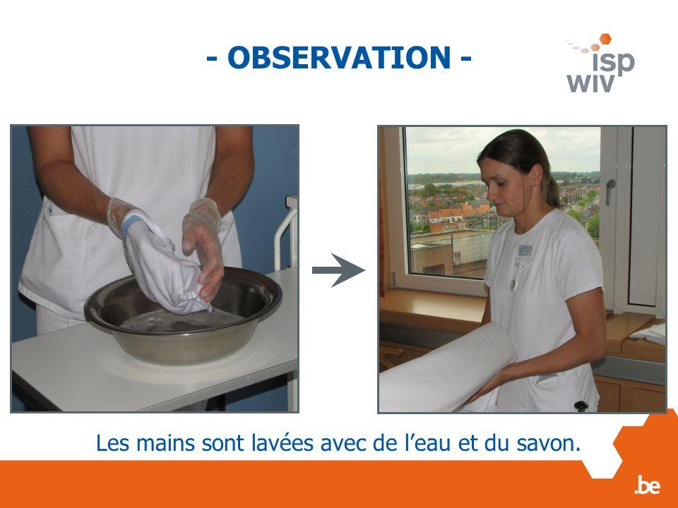 Les mains sont lavées avec de l'eau et du savon.