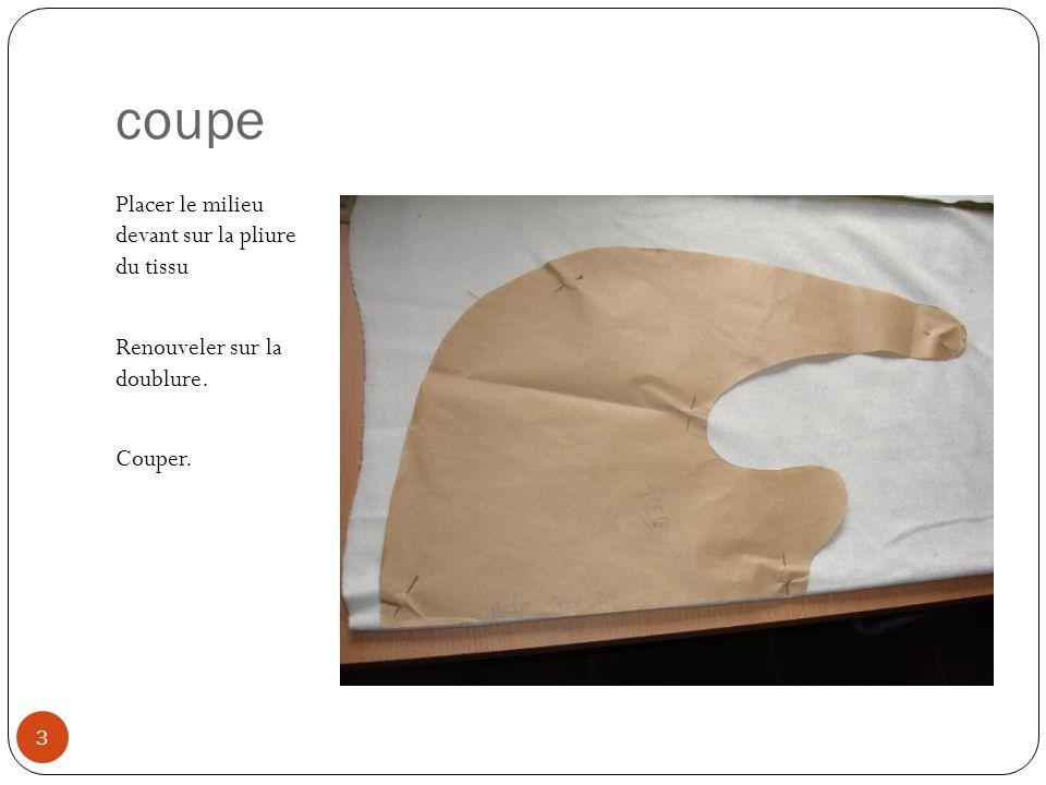 coupe Placer le milieu devant sur la pliure du tissu