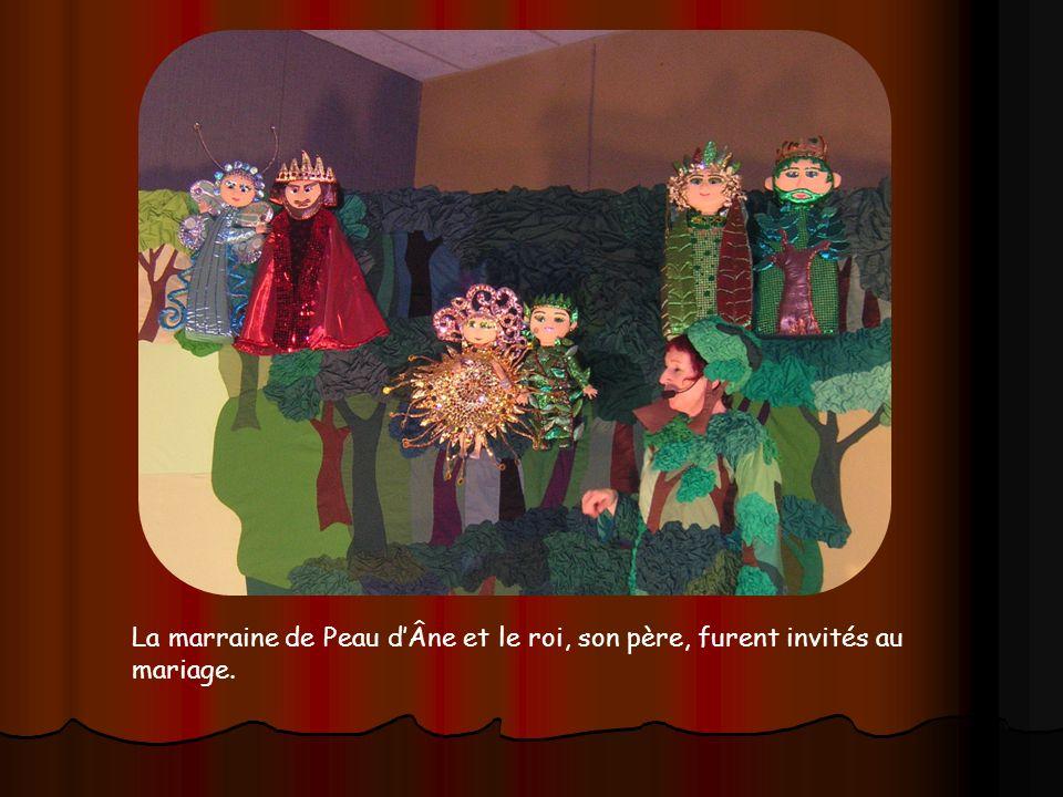 La marraine de Peau d'Âne et le roi, son père, furent invités au mariage.
