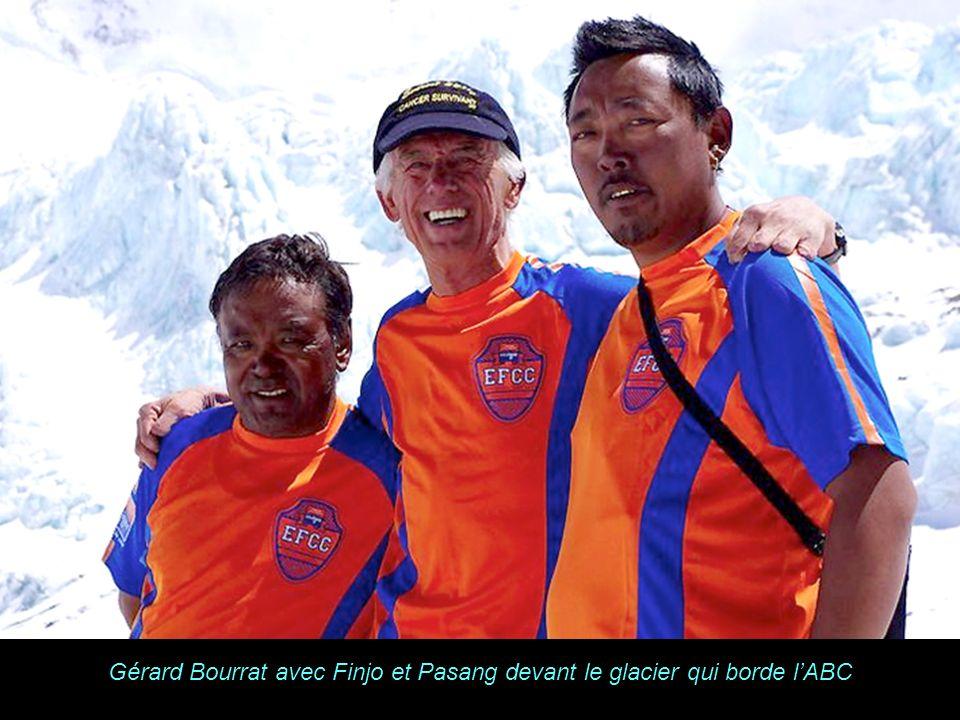 Gérard Bourrat avec Finjo et Pasang devant le glacier qui borde l'ABC