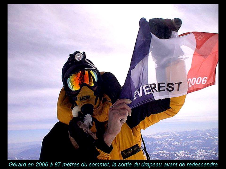 KABUL Gérard en 2006 à 87 mètres du sommet, la sortie du drapeau avant de redescendre