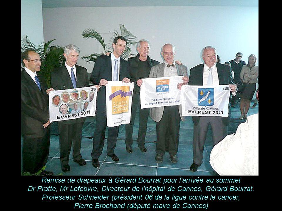 Remise de drapeaux à Gérard Bourrat pour l'arrivée au sommet