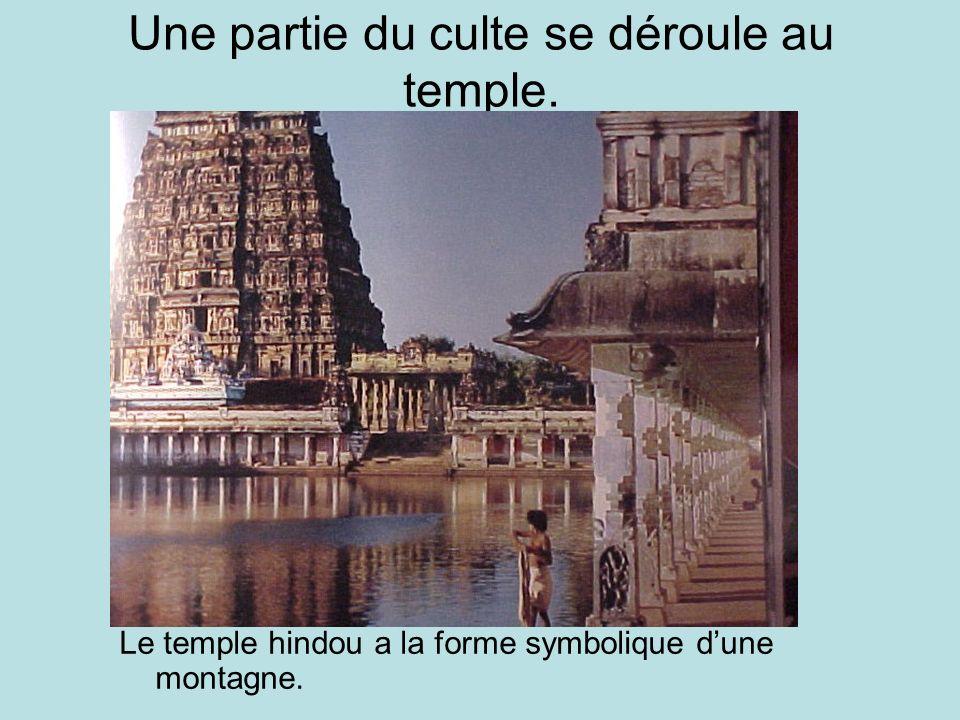 Une partie du culte se déroule au temple.