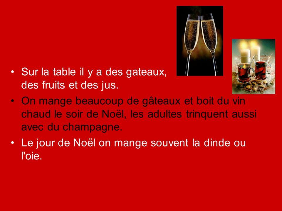Sur la table il y a des gateaux, des fruits et des jus.