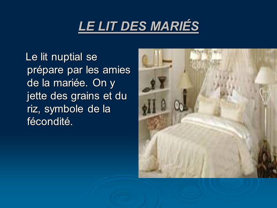 LE LIT DES MARIÉS Le lit nuptial se prépare par les amies de la mariée.