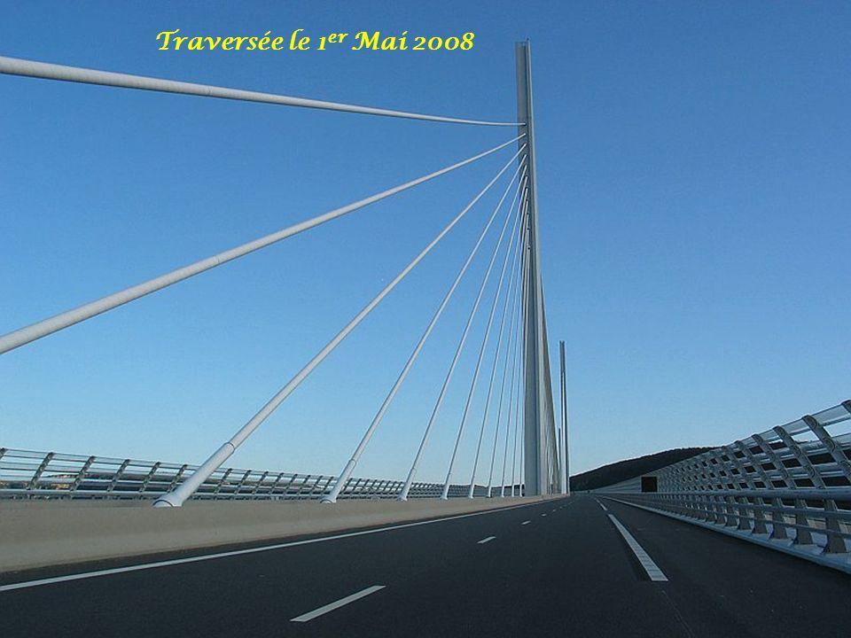 Traversée le 1er Mai 2008 Les dimensions exceptionnelles du grand Viaduc de Millau, les choix esthétiques de l'architecte Norman Foster, mais aussi.