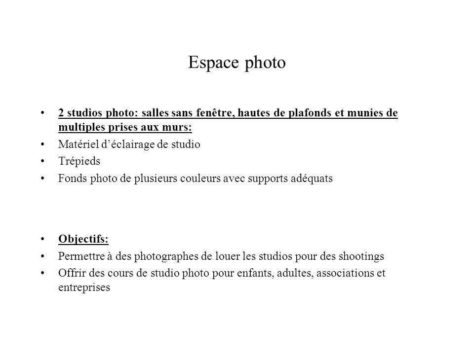 Espace photo 2 studios photo: salles sans fenêtre, hautes de plafonds et munies de multiples prises aux murs: