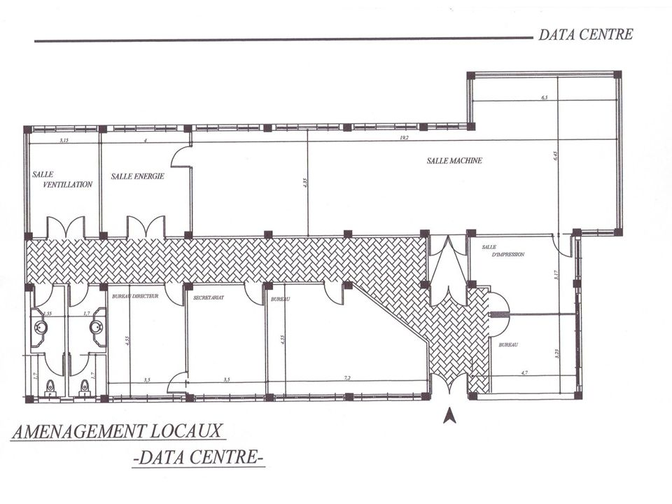 Nous avons trouvé un endroit au CNIIPDTICE qui a été aménagé de la façon affiché. La salle machine fait 100m². Il y'a une salle d'énergie et une salle de ventilation. Le reste sont des bureaux.