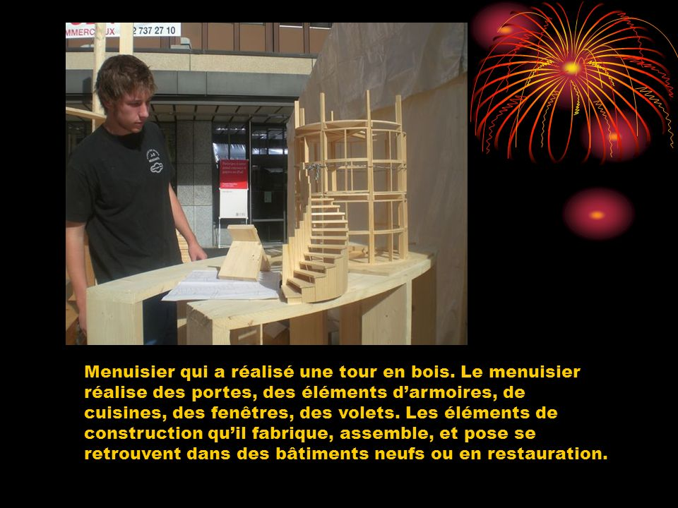 Menuisier qui a réalisé une tour en bois