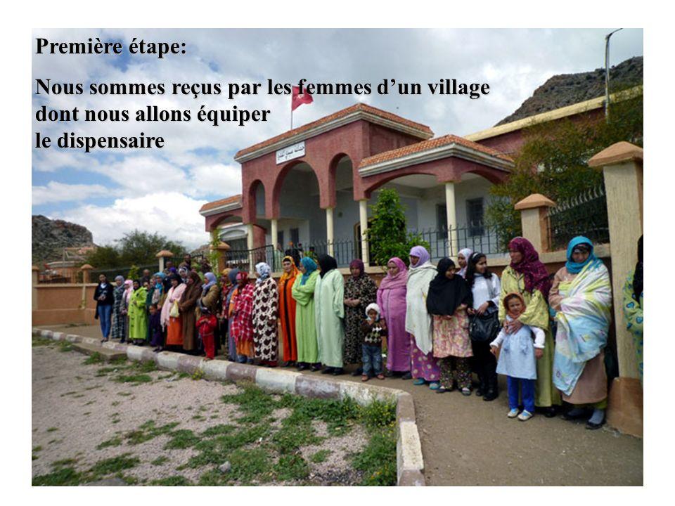 Première étape: Nous sommes reçus par les femmes d'un village dont nous allons équiper le dispensaire.
