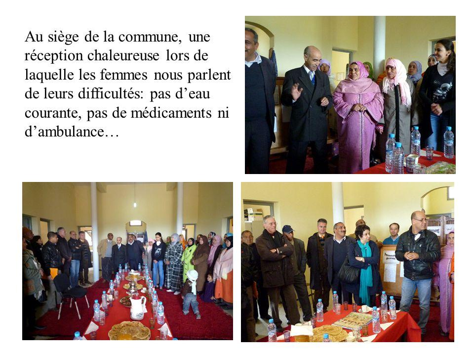 Au siège de la commune, une réception chaleureuse lors de laquelle les femmes nous parlent de leurs difficultés: pas d'eau courante, pas de médicaments ni d'ambulance…