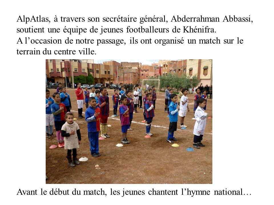 AlpAtlas, à travers son secrétaire général, Abderrahman Abbassi, soutient une équipe de jeunes footballeurs de Khénifra. A l'occasion de notre passage, ils ont organisé un match sur le terrain du centre ville.