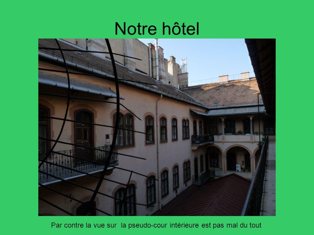 Notre hôtel Par contre la vue sur la pseudo-cour intérieure est pas mal du tout 5