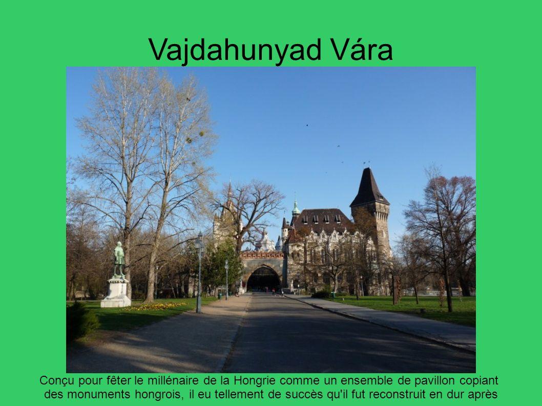 Vajdahunyad Vára Conçu pour fêter le millénaire de la Hongrie comme un ensemble de pavillon copiant.