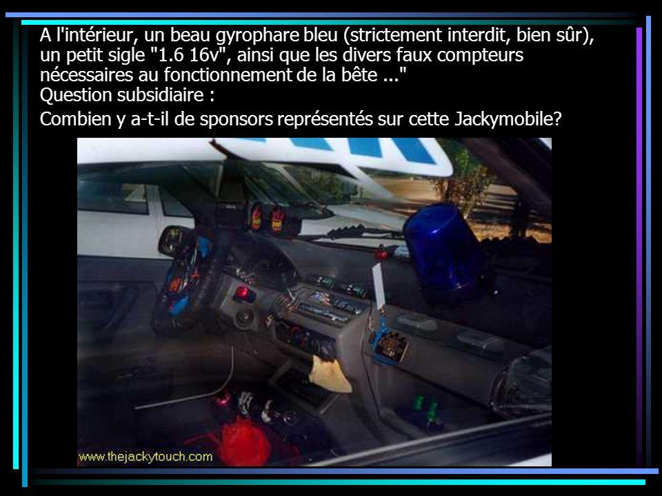 A l intérieur, un beau gyrophare bleu (strictement interdit, bien sûr), un petit sigle 1.6 16v , ainsi que les divers faux compteurs nécessaires au fonctionnement de la bête ... Question subsidiaire :