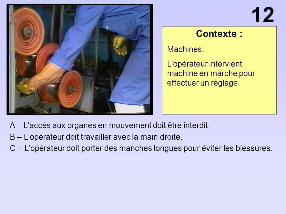 12 Contexte : Machines. L'opérateur intervient machine en marche pour effectuer un réglage.