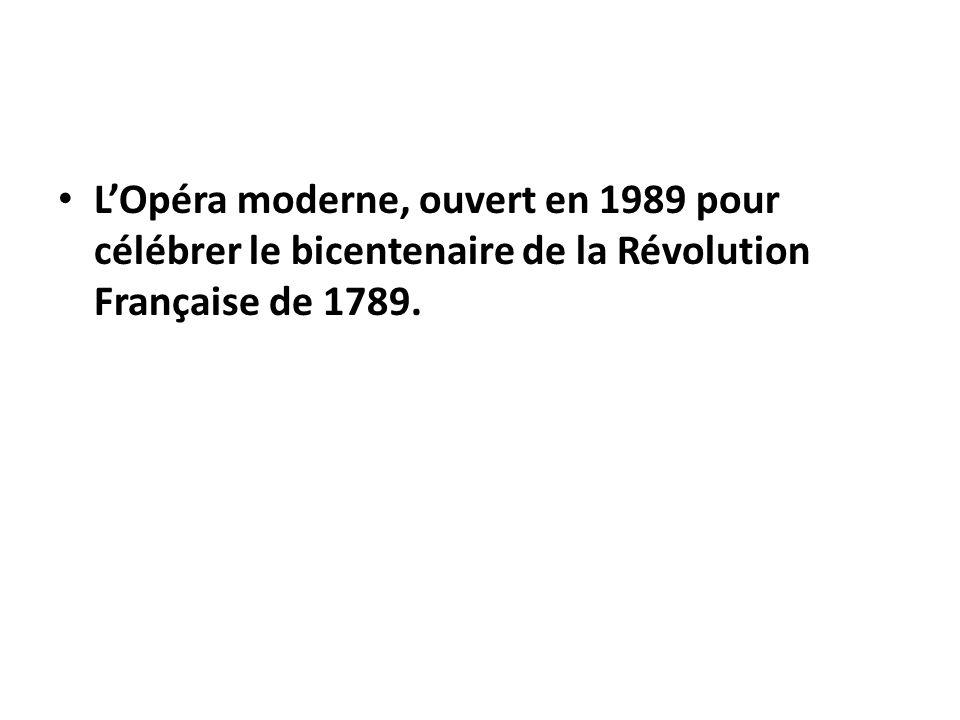 L'Opéra moderne, ouvert en 1989 pour célébrer le bicentenaire de la Révolution Française de 1789.