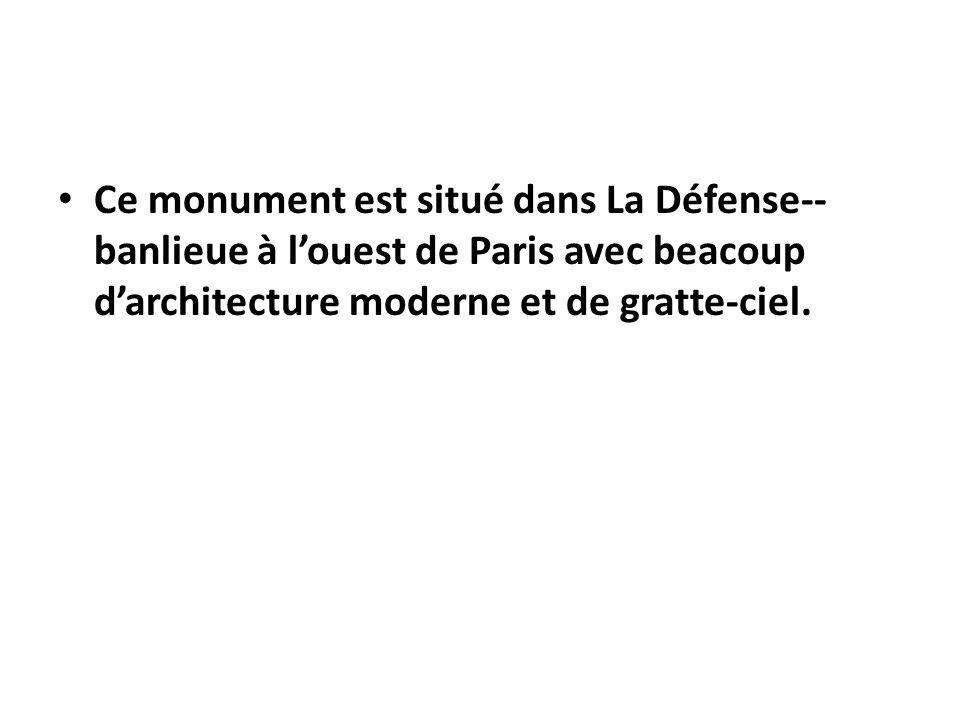 Ce monument est situé dans La Défense-- banlieue à l'ouest de Paris avec beacoup d'architecture moderne et de gratte-ciel.