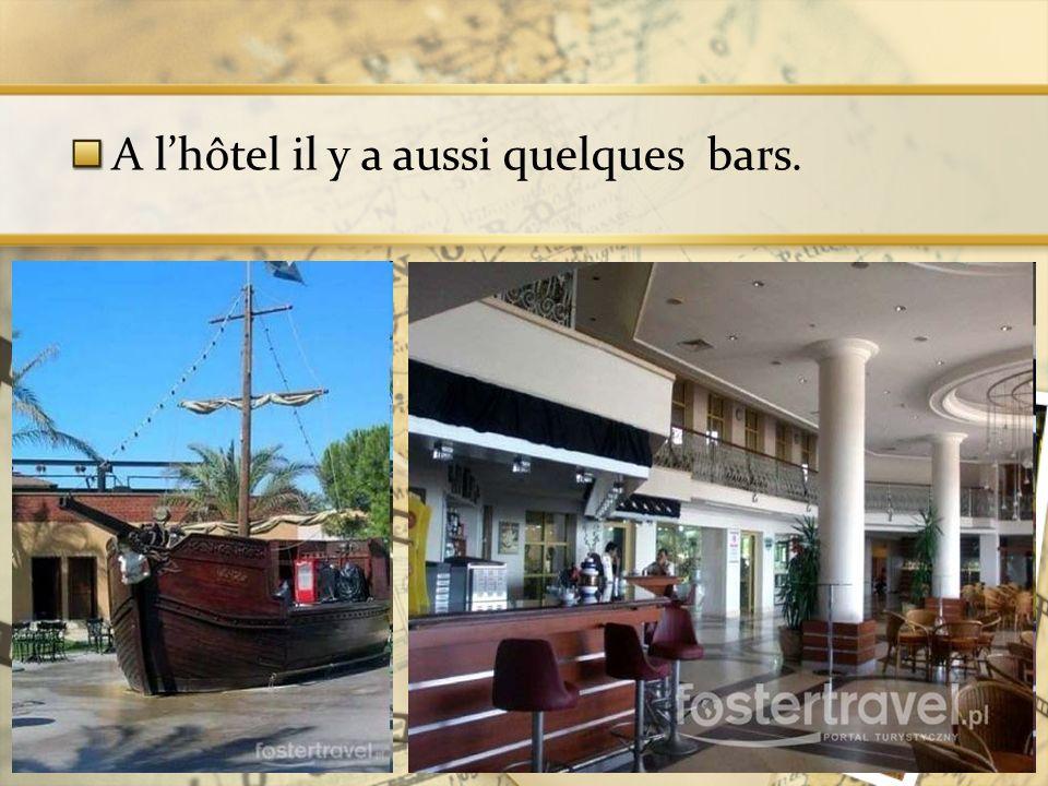 A l'hôtel il y a aussi quelques bars.