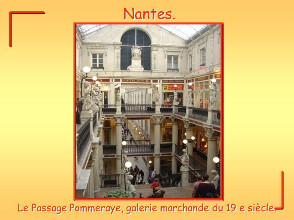 Le Passage Pommeraye, galerie marchande du 19 e siècle.