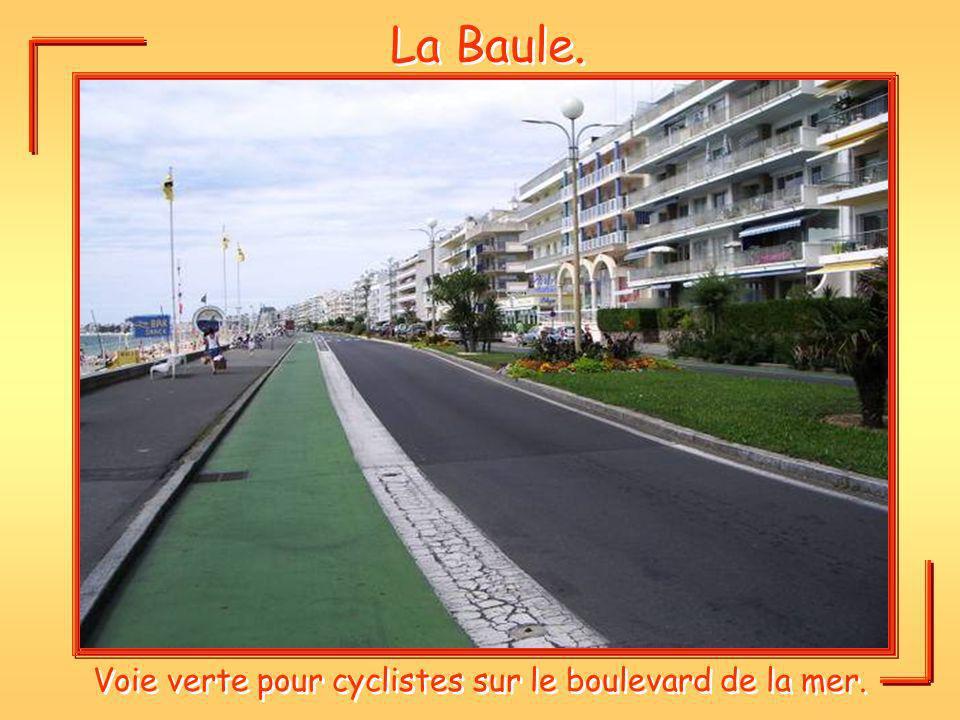 Voie verte pour cyclistes sur le boulevard de la mer.