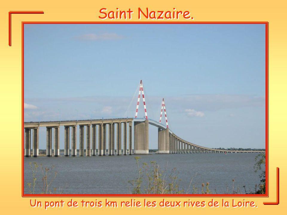 Un pont de trois km relie les deux rives de la Loire.