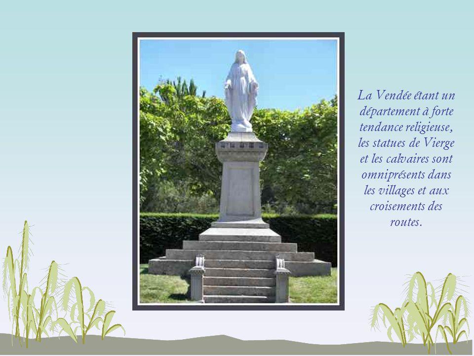 La Vendée étant un département à forte tendance religieuse, les statues de Vierge et les calvaires sont omniprésents dans les villages et aux croisements des routes.