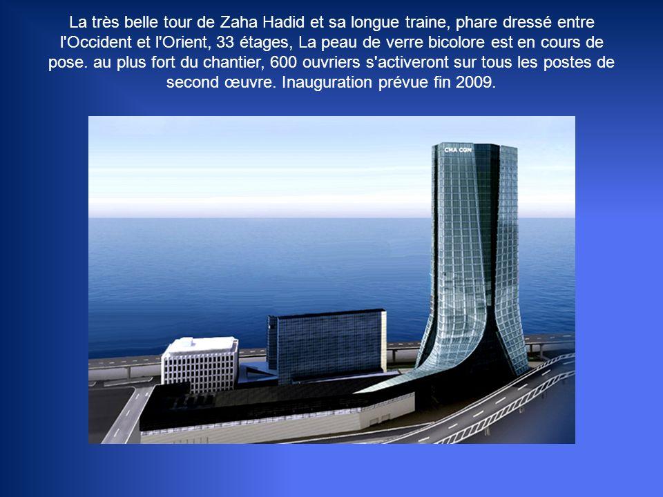 La très belle tour de Zaha Hadid et sa longue traine, phare dressé entre l Occident et l Orient, 33 étages, La peau de verre bicolore est en cours de pose.
