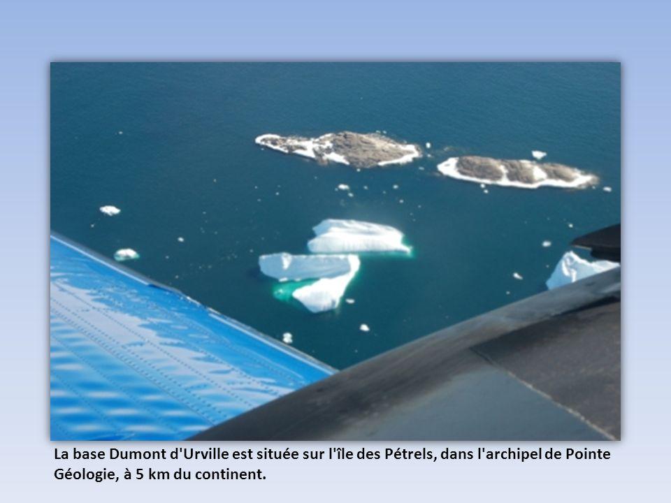 La base Dumont d Urville est située sur l île des Pétrels, dans l archipel de Pointe Géologie, à 5 km du continent.