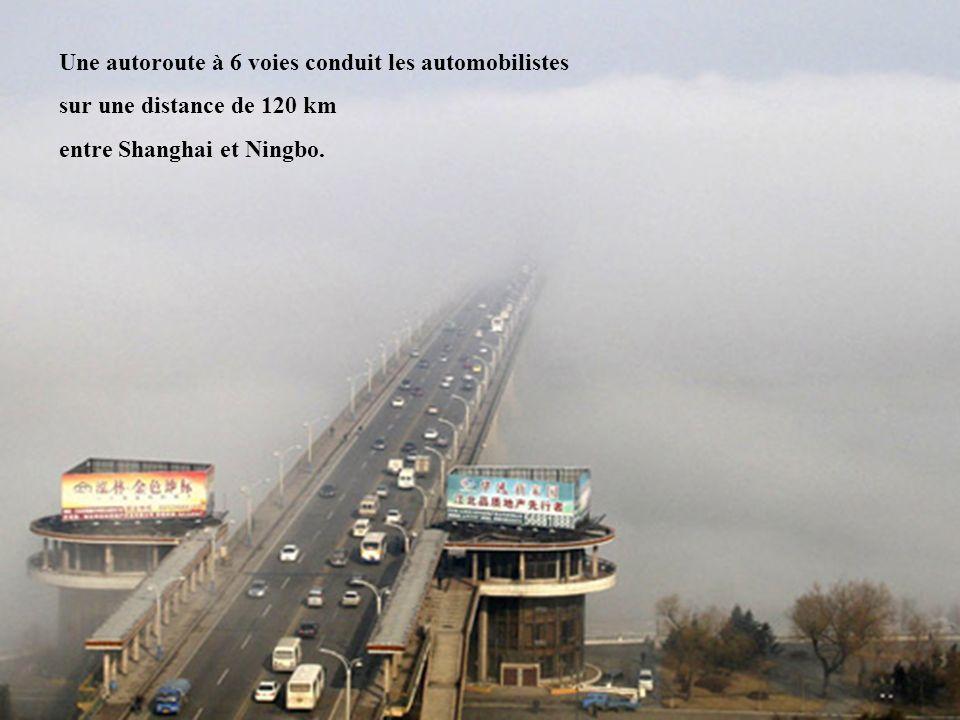 Une autoroute à 6 voies conduit les automobilistes