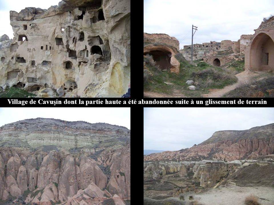 Village de Cavuşin dont la partie haute a été abandonnée suite à un glissement de terrain