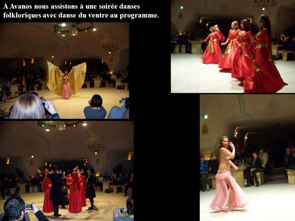 A Avanos nous assistons à une soirée danses folkloriques avec danse du ventre au programme.