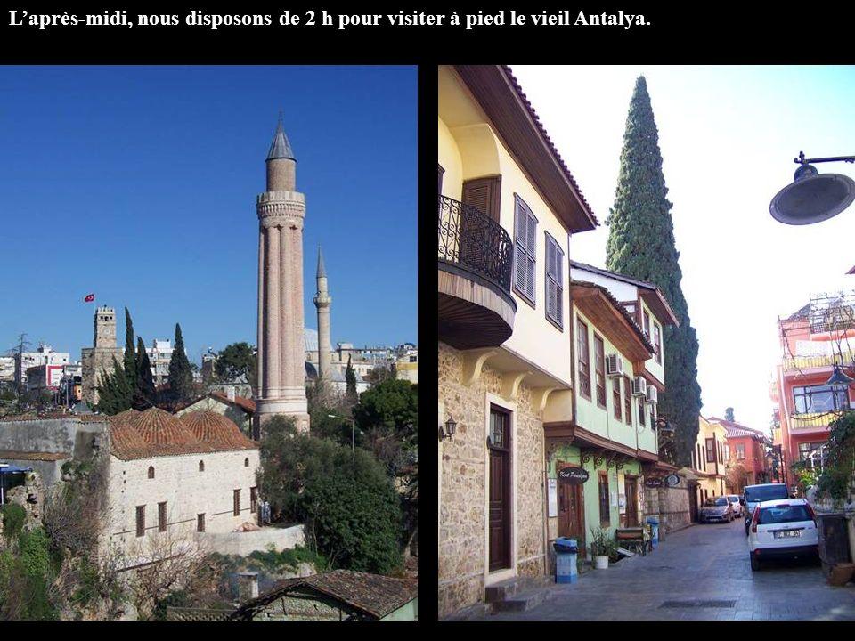 L'après-midi, nous disposons de 2 h pour visiter à pied le vieil Antalya.