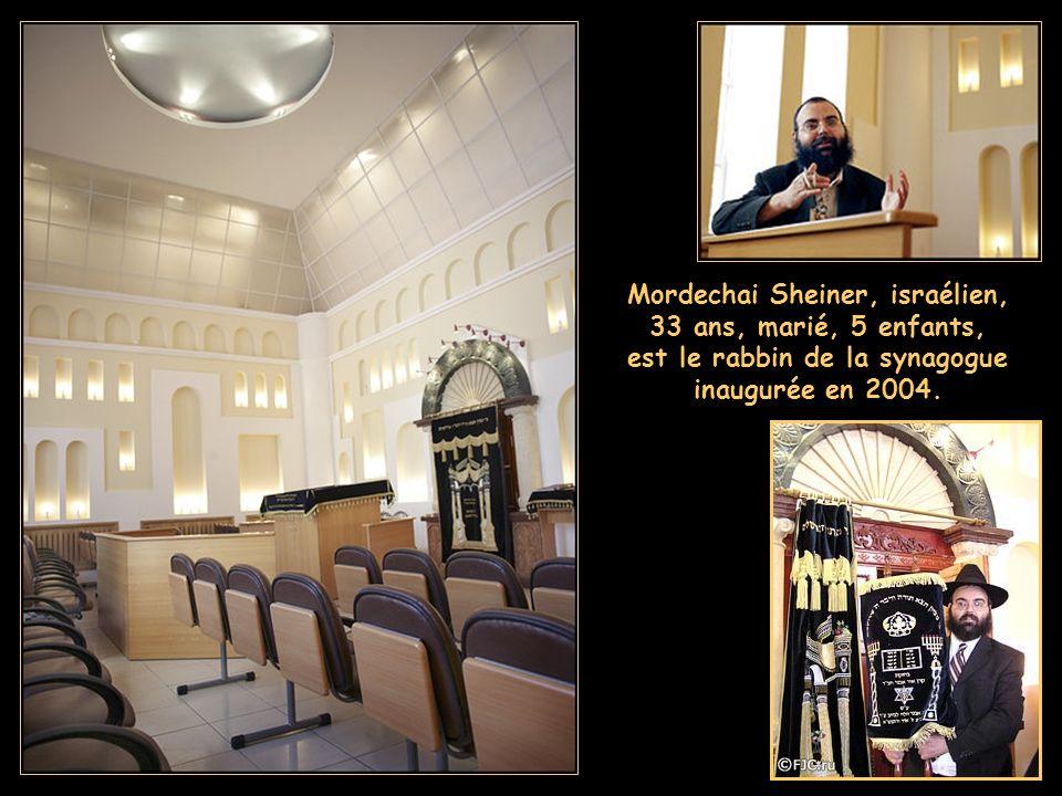 Mordechai Sheiner, israélien, 33 ans, marié, 5 enfants, est le rabbin de la synagogue inaugurée en 2004.