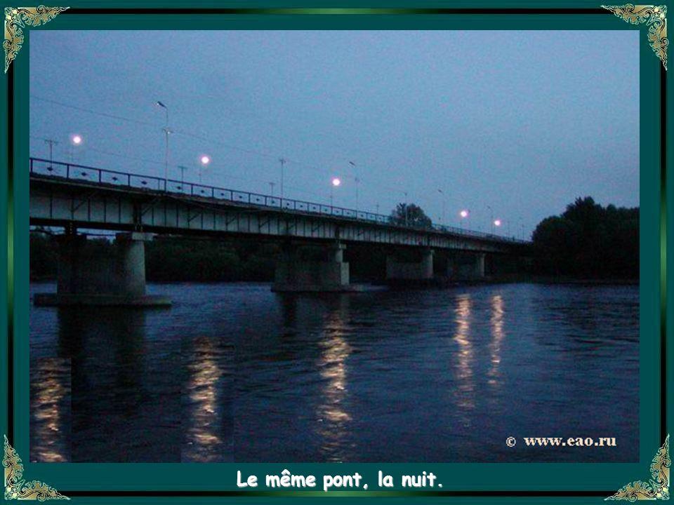 Le même pont, la nuit.