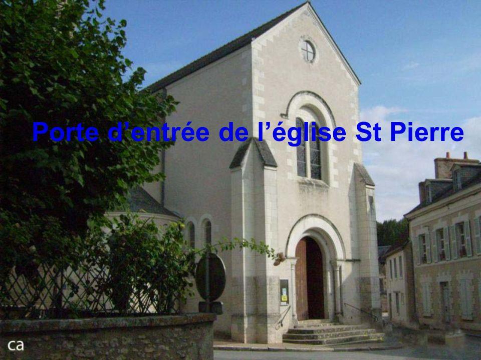 Porte d'entrée de l'église St Pierre