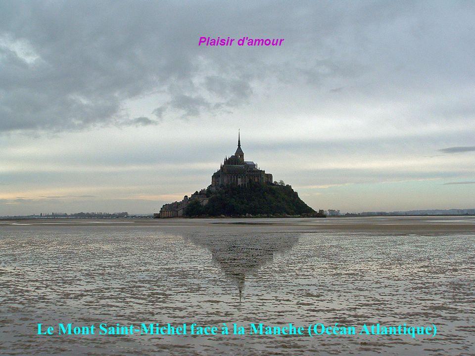 Le Mont Saint-Michel face à la Manche (Océan Atlantique)