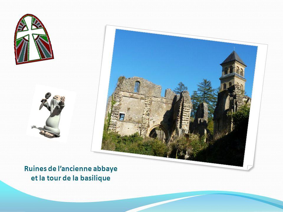 Ruines de l'ancienne abbaye et la tour de la basilique
