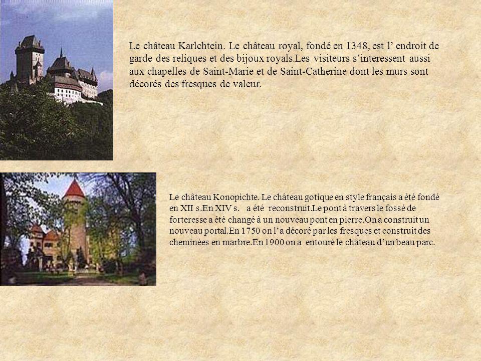 Le château Karlchtein. Le château royal, fondé en 1348, est l' endroit de garde des reliques et des bijoux royals.Les visiteurs s'interessent aussi aux chapelles de Saint-Marie et de Saint-Catherine dont les murs sont décorés des fresques de valeur.