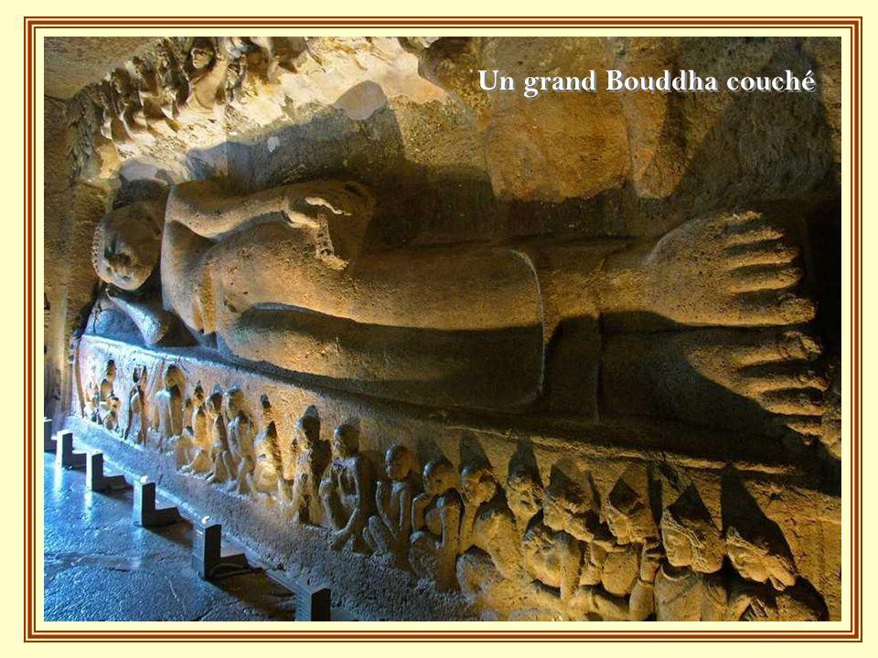 Un grand Bouddha couché