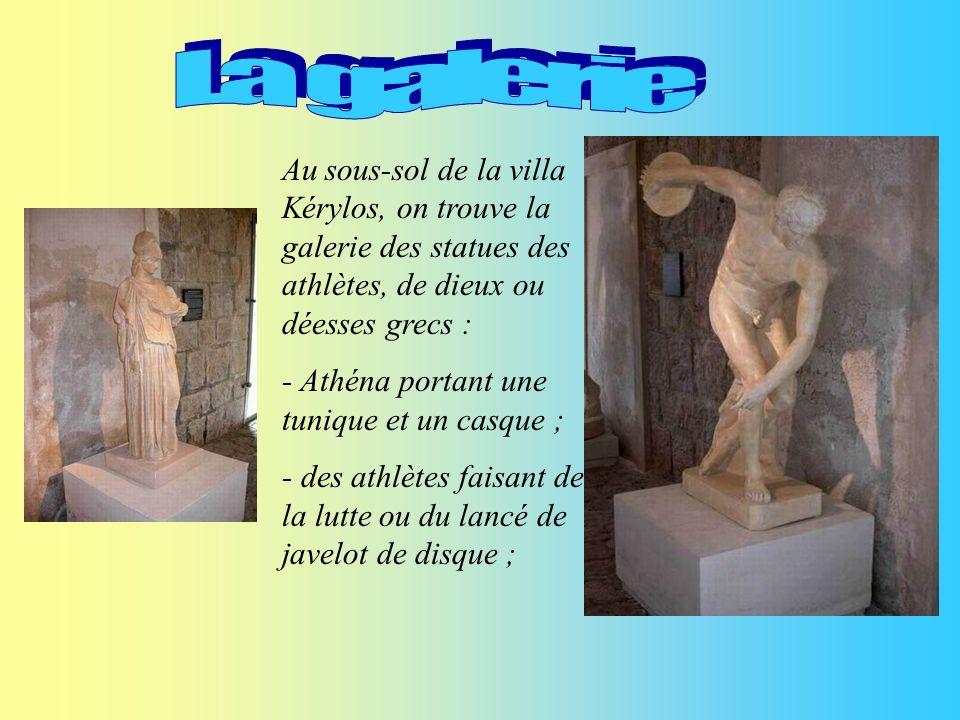 La galerie Au sous-sol de la villa Kérylos, on trouve la galerie des statues des athlètes, de dieux ou déesses grecs :
