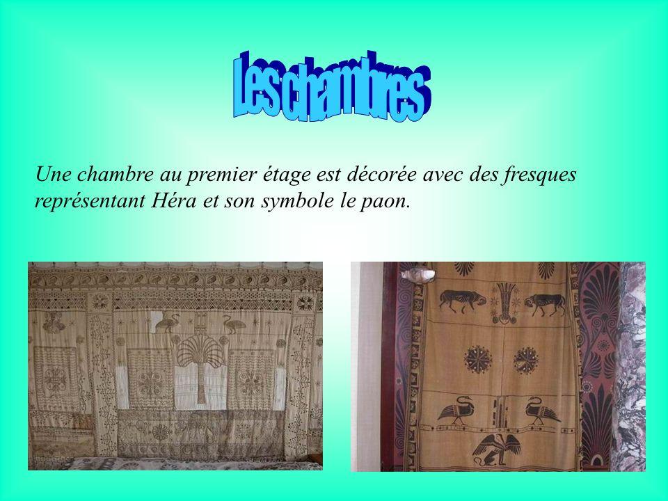 Les chambres Une chambre au premier étage est décorée avec des fresques représentant Héra et son symbole le paon.