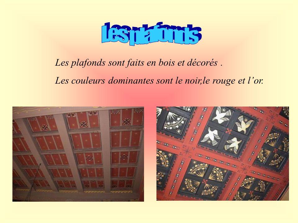 Les plafonds Les plafonds sont faits en bois et décorés .